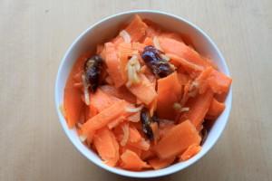 Gulerodssalat med ingefær og dadler